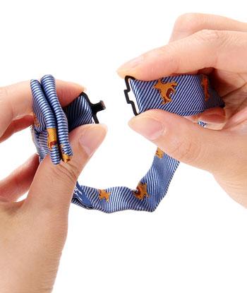 蝶ネクタイの後ろ留め具