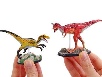 似た種類の恐竜や海竜を並べて比較
