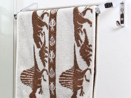 顔や手を拭くのに最適で、タオルハンガーに掛けて使えるサイズ