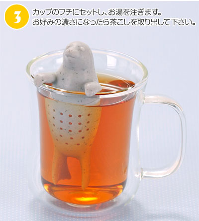 カップのフチにセットしお湯を注ぎ、お好みの濃さになったら茶こしを取り出して下さい。