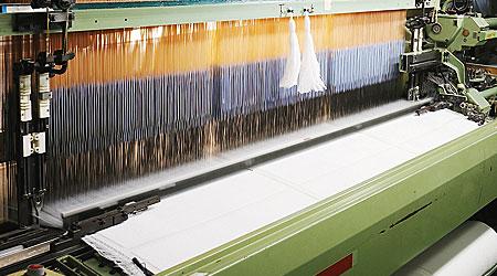 絵柄に合わせ織り機で正確に織られていきます